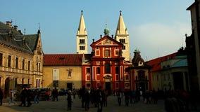 Promenade de touristes à égaliser le grand dos de Prague banque de vidéos