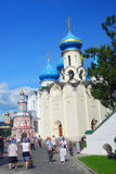 Promenade de touristes dans la trinité Sergius Lavra, Russie Photos stock