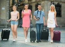 Promenade de touristes de groupe avec des valises Photo libre de droits