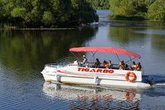 Promenade de touristes le long de la rivière sur un bateau Photo libre de droits