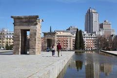 Promenade de touristes près de temple de Debod Photo libre de droits