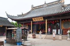 Promenade de touristes près du monastère Photo stock