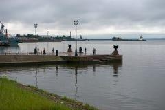 Promenade de touristes sur le pilier Photo libre de droits