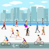 'promenade' del grupo de personas en la calle del río de la ciudad Foto de archivo libre de regalías