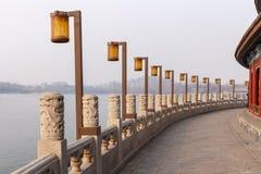 'promenade' del lago park de Pekín Beihai Imagenes de archivo