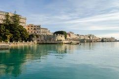 'promenade' del oeste de la isla de Ortigia imagen de archivo libre de regalías