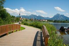 Promenade in dem See Hopfensee Stockfoto