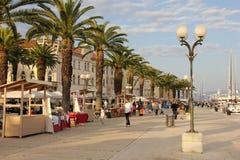 Promenade in der alten Stadt Trogir kroatien lizenzfreies stockbild