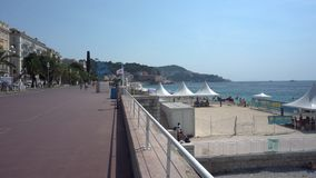 Promenade des Anglais in Nizza in Frankreich - Pan stock footage