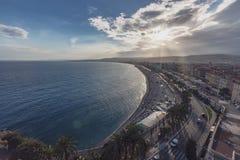 Promenade des Anglais und Stadt von Nizza, Frankreich, durch das Meer, von stockbild