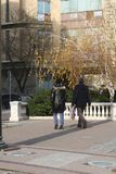 Promenade des deux jeunes dans la place Image stock