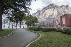 Promenade dicht bij meer Como in Lecco, Italië Royalty-vrije Stock Foto