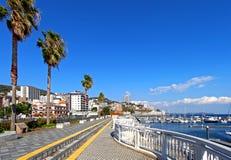 Promenade dichtbij jachthaven in Atami, Japan stock afbeeldingen