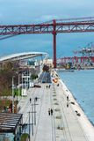 Promenade die tot de brug van 25 DE Abril in Lissabon leiden Stock Foto's