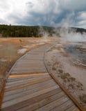 Promenade, die um heiße Kaskadenheiße quelle im unteren Geysir-Becken in Yellowstone Nationalpark in Wyoming kurvt Stockfoto