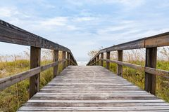 Promenade, die zu den Strand f?hrt stockbild