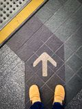 Promenade directement à la ligne de flèche images stock