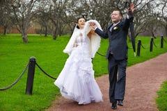 Promenade drôle de mariage Photographie stock libre de droits