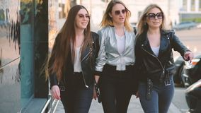 Promenade du centre de dames joyeuses d'amitié de femmes clips vidéos