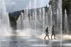 Walking couple between fountains, Promenade du Paillon, Nice, France Stock Photography