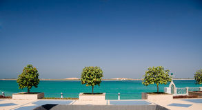 Promenade durch Meer in Abu Dhabi Stockbild