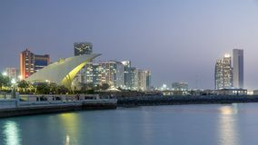 Promenade en Abu Dhabi a illuminé au crépuscule, jour au timelapse de nuit clips vidéos