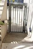 Promenade en bas des escaliers à la porte Image libre de droits
