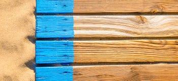 Promenade en bois de plage avec le fond de bannière de sable Photo stock