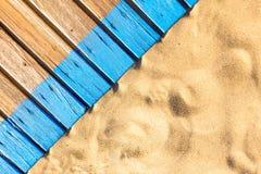 Promenade en bois de plage avec le sable pour la texture ou le fond Photo libre de droits