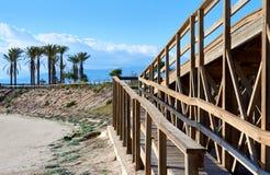 Promenade en bois menant à la plage de Retamar Photo libre de droits
