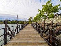 Promenade en bois par l'eau Images libres de droits