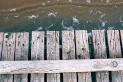 Promenade en bois sur la mer images libres de droits