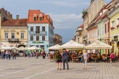 'promenade' en el lugar de Sfatului en Brasov, en Rumania Imagen de archivo libre de regalías