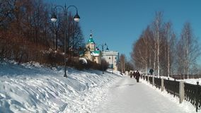 'promenade' en Kirov en marzo en un día soleado almacen de video