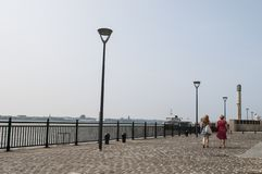'promenade' en la costa de Liverpool, Reino Unido fotos de archivo libres de regalías
