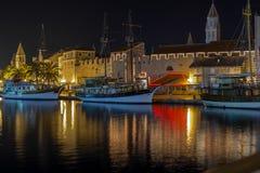 'promenade' en la noche, Croacia de Trogir Imagenes de archivo