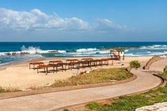 Promenade en leeg strand op Middellandse Zee. Stock Foto