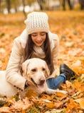 Promenade en parc d'automne Image stock