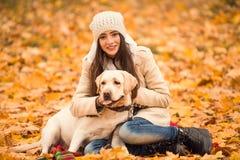 Promenade en parc d'automne Photographie stock