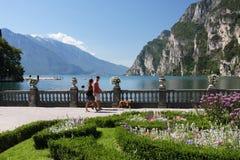 Promenade en Riva del Garda en Italie Image libre de droits