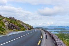 Promenade en voiture atlantique sauvage de l'Irlande de manière photographie stock