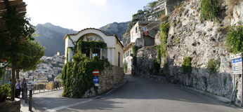 'promenade', estacionamiento y costa costa rocosa en el fondo en Sorrento Panorama Fotografía de archivo libre de regalías