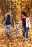 Promenade et jeu de parents avec la petite fille Photos stock