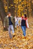 Promenade et jeu de parents avec la petite fille Images libres de droits