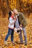 Promenade et jeu de parents avec la petite fille Photos libres de droits