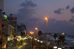 Promenade et plage de Tel Aviv au crépuscule Image libre de droits
