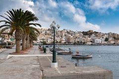 'promenade' hermosa en el centro de la ciudad de Sitia en la isla de Creta, Grecia Imagen de archivo libre de regalías