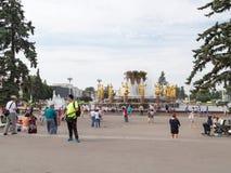 Promenade heureuse de personnes et de touristes à l'ENEA Photos stock
