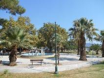 'promenade' imponente en Asprovalta, Grecia con las palmeras y la fuente imagenes de archivo