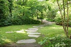 Promenade japonaise de dalle de jardin Photographie stock libre de droits